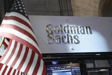 Goldman Sachs a publié jeudi un bénéfice trimestriel en baisse de 2% sur un an, conséquence du recul marqué des volumes de trading obligataire, la principale activité du groupe. /Photo prise le 16 juillet 2013/REUTERS/Brendan McDermid