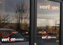 Verizon Communication a fait état jeudi de bénéfices et d'un chiffre d'affaires trimestriels meilleurs qu'attendu, faisant bondir le cours de son action dans les transactions d'avant-Bourse. /Photo d'archives/REUTERS/Rick Wilking