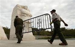 National Park workers remove a barricade at the Martin Luther King Jr. Memorial as it reopens to the pubic in Washington October 17, 2013. REUTERS/Kevin Lamarque