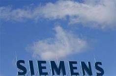 El logo de la firma Siemens en el techo de un edificio de oficinas en Berlín, sep 30 2013. El grupo alemán Siemens tiene planes de desmantelar su división de Infraestructura y Ciudades (I&C) y está revisando otros negocios como parte de una reestructuración corporativa bajo el mando del nuevo presidente ejecutivo, Joe Kaeser, reportó una revista local. REUTERS/Tobias Schwarz