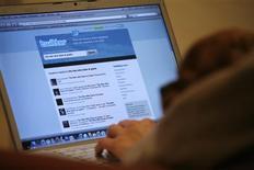 Una persona viendo el sitio web Twitter en un ordenador portátil en Los Angeles, oct 13 2009. El sitio de redes sociales Twitter anunció el martes que más que duplicó sus ingresos en el tercer trimestre a 168,6 millones de dólares y que realizará su planeada oferta pública inicial de acciones en la bolsa de Nueva York. REUTERS/Mario Anzuoni