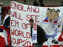 Torcedores da seleção da Inglaterra são vistos durante eliminatória conta a Plônia, em Londres. A seleção inglesa enfrentará Alemanha e Chile em amistosos no estádio de Wembley no mês que vem, como preparação para a Copa do Mundo de 2014. 15/10/2013 REUTERS/Eddie Keogh
