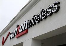 El logo de Verizon Wireless en una tienda en Del Mar, EEUU, jun 6 2013. Verizon Communications Inc reportó el jueves ganancias e ingresos más fuertes de lo esperado en el tercer trimestre, impulsada por un crecimiento en su negocio de telefonía móvil, lo que hizo que sus acciones subieran casi un 4 por ciento. REUTERS/Mike Blake /Files