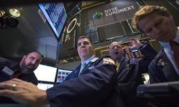 Трейдеры на Нью-Йоркской фондовой бирже 17 октября 2013 года. Фондовый индекс S&P 500 достиг рекордно высокой отметки в четверг на фоне роста доверия инвесторов, вызванного заключением накануне соглашения между республиканцами и демократами США о федеральном бюджете и повышении предельного уровня государственного долга. REUTERS/Brendan McDermid
