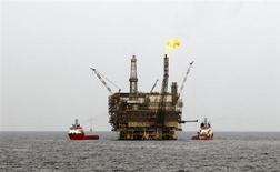 Нефтяная платформа на ливийском шельфовом месторождении Бури в 130 километрах к северу от Триполи, 9 октября 2013 года. Цены на нефть растут после сообщения о рекордном с начала года экономическом росте Китая в третьем квартале. REUTERS/Ismail Zitouny