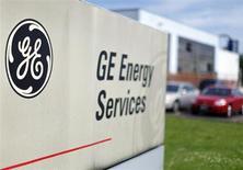 Логотип General Electric Co у входа на завод компании в Медфорде, Массачусетс 17 июля 2009 года. Прибыль и выручка General Electric Co снизились в третьем квартале в основном из-за слабых показателей финансового подразделения компании и колебаний валютных курсов. REUTERS/Brian Snyder