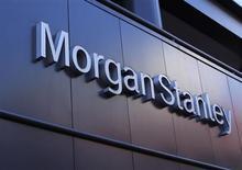 Логотип Morgan Stanley на здании компании в Сан-Диего, Калифорния 24 сентября 2013 года. Доход Morgan Stanley в третьем квартале 2013 года подскочил на 50 процентов и помог скорректированной прибыли превзойти прогнозы аналитиков благодаря торговле акциями, валютой и сырьем, доходы от которой вкупе с растущим бизнесом по управлению состояниями компенсировали потери от операций на долговом рынке. REUTERS/Mike Blake