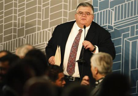 Mexico's Central Bank Governor Agustin Carstens tests a microphone during a forum organized by Mexico's Central Bank in Mexico City October 14, 2013. REUTERS/Tomas Bravo