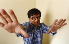 """Ator Jackie Chan, natural de Hong Kong, posa para foto durante evento promocional do seu filme """"Zodíaco Chinês"""", em Beverly Hills, Califórnia. O astro de Hong Kong dos filmes de artes marciais, que no ano passado anunciou no Festival de Cinema de Cannes, na França, que estava se aposentando das produções de ação, agora diz que depois de mais de uma década refletindo sobre a sua saída, vai deixar que o corpo decida. 16/10/2013. REUTERS/Phil McCarten"""