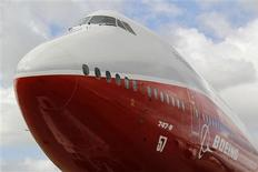 Boeing va réduire la cadence de production de son gros porteur 747-8 pour adapter celle-ci à la baisse de la demande mondiale. Le rythme de production du B747-8 passera de 1,75 à 1,5 avion par mois jusqu'en 2015. /Photo d'archives/REUTERS/Pascal Rossignol