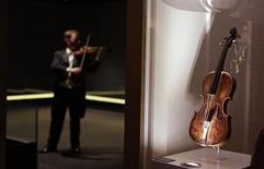 Foto de arquivo do violino que pertenceu ao líder da orquestra do Titanic, Wallace Hartley, no museu Titanic Centre em Belfast. O instrumento foi vendido por 1,46 milhão de dólares durante um leilão neste sábado, preço recorde por uma recordação do transatlântico naufragado. 18/10/2013 REUTERS/Cathal McNaughton