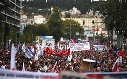 Milhares de portugueses protestaram neste sábado contra novos cortes de pensões e salários previstos no orçamento do país para 2014 e exigiram a renúncia do governo, em Lisboa. 19/10/2013 REUTERS/Rafael Marchante