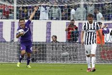 Jogador do Fiorentina, Giuseppe Rossi (E), comemora após marcar gol contra a Juventus, em Florença. Com um hat-trick de Rossi em um intervalo de 15 minutos, a Fiorentina saiu de uma desvantagem de dois gols e virou sobre a até então invicta e atual campeã Juventus, vencendo por 4 x 2 em partida válida pelo Campeonato Italiano neste domingo. 20/10/2013 REUTERS/Giampiero Sposito
