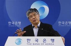 Foto de arquivo do presidente do Banco da Coreia, Kim Choong-soo, durante coletiva de imprensa em Seul. O Banco Central da Coreia do Sul informou neste domingo que assinou um acordo bilateral de swap cambial com a Malásia, válido por três anos no valor de até 4,7 bilhões de dólares para impulsionar a cooperação financeira entre os dois países. 12/06/2012 REUTERS/Kim Hong-Ji