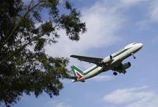 Air France-KLM semble décidé à se laisser diluer de 25% à 11% dans le capital d'Alitalia en l'absence de tout engagement précis sur la restructuration de la dette de la compagnie aérienne italienne, selon le quotidien Les Echos. /Photo prise le 14 octobre 2013/REUTERS/Max Rossi