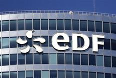 Логотип Electricite de France (EDF) на здании в финансовом районе Ла-Дефанс под Парижем 1 августа 2013 года. Французская энергетическая компания EDF и британское правительство подписали соглашение о строительство двух ядерных реакторов с общей ценой проекта - 16 миллиардов фунтов стерлингов ($25,9 миллиарда), сообщила EDF в понедельник. REUTERS/Benoit Tessier
