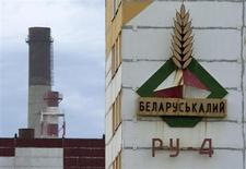 Вывеска Беларуськалия на здании калийной шахты в Солигорске 31 августа 2013 года. Президент Белоруссии Александр Лукашенко сказал, что он может отменить налоги для государственного Беларуськалия, чтобы выиграть в ценовой войне с бывшим партнером российским Уралкалием. REUTERS/Vasily Fedosenko