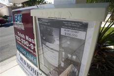 Un anuncio de una vivienda a la venta en Las Vegas, EEUU, abr 2 2013. Las ventas de casas usadas en Estados Unidos bajaron en septiembre y los precios subieron a su ritmo más lento en cinco meses, en las más recientes señales de que tasas hipotecarias más altas están causando algún daño a la recuperación del mercado inmobiliario. REUTERS/Steve Marcus