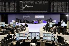 Un grupo de operadores en la bolsa de comercio de Fráncfort, Alemania, oct 21 2013. Los avances de Philips y SAP tras resultados trimestrales tranquilizadores permitieron el lunes a un índice bursátil europeo clave marcar un nuevo máximo en varios años. REUTERS/Remote/Stringer