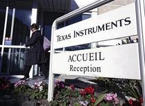 Le chiffre d'affaires de Texas Instruments a atteint 3,244 milliards de dollars au troisième trimestre, en deçà des 3,39 milliards de la période comparable de 2012, mais tout juste au-dessus du consensus Thomson Reuters I/B/E/S de 3,226 milliards. /Photo d'archives/REUTERS/Eric Gaillard