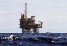 Морская нефтяная платформа проекта Castor близ испанского побережья у города Альканар 7 октября 2013 года. Цены на американскую нефть WTI упали до 3,5-месячного минимума ниже $99 за баррель из-за неожиданно резкого повышения запасов нефти в США на прошлой неделе. REUTERS/Gustau Nacarino