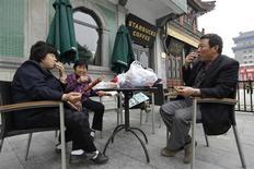Starbucks, à suivre mardi sur les marchés américains. La chaîne de cafés a pratiqué en Chine des tarifs plus élevés que dans d'autres pays, ce qui lui a permis de réaliser de juteux bénéfices. /Photo d'archives/REUTERS/Jason Lee