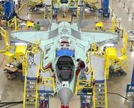 Самолет F-35 Joint Strike Fighter на заводе Lockheed Martin Corp в Форт-Уэрт, Техас 13 октября 2011 года. Крупнейший поставщик Пентагона Lockheed Martin Corp сообщил во вторник о росте прибыли в третьем квартале, несмотря на 4-процентное снижение продаж, и увеличил прогноз прибыли на весь 2013 год. REUTERS/Lockheed Martin/Randy A. Crites/Handout