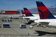Aviões da companhia aérea Delta alinhados no aeroporto internacional de Salt Lake City, no Estado de Utah, EUA. A Delta Air Lines anunciou um crescimento no lucro trimestral nesta terça-feira conforme as receitas subiram com maior demanda sazonal do período de verão no hemisfério norte. 28/09/2013. REUTERS/Lucas Jackson
