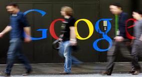 Unas personas caminan frente a la entrada del edificio de Google en Zúrich, mar 9 2011. Google, Facebook y otras compañías tecnológicas estadounidenses recibieron un llamado de atención con los pasos dados por la Unión Europea para imponer unas normas más estrictas en la protección de datos, pero no tienen nada que temer, dijo uno de los creadores de la ley. REUTERS/Arnd Wiegmann
