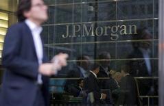 Selon deux sources proches du dossier, l'accord préliminaire trouvé entre la banque JPMorgan et la justice américaine d'un montant de 13 milliards de dollars pourrait ne lui coûter que 9 milliards de dollars, parce que la majorité du compromis est déductible des impôts de la banque. /Photo prise le 19 septembre 2013/REUTERS/Neil Hall