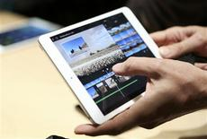 Apple a dévoilé lundi une nouvelle tablette, l'iPad Air, plus léger et plus fin que les précédentes versions et annoncé que son nouveau système d'exploitation Mavericks OS serait proposé gratuitement à ses utilisateurs. /Photo prise le 22 octobre 2013/REUTERS/Robert Galbraith