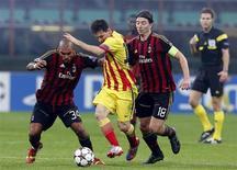 Lionel Messi disputa lance com Riccardo Montolivo e Nigel de Jong durante empate de 1 x 1 entre Barcelona e Milan nesta terça-feira. REUTERS/Stefano Rellandini