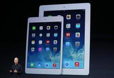 Глава Apple Inc Тим Кук выступает на презентации новых iPad в Сан-Франциско, Калифорния, 22 октября 2013 года. Apple Inc во вторник представила новые тонкие планшеты iPad и более быстрые персональные компьютеры Mac, а также бесплатные обновления операционной системы и делового ПО перед пиком спроса в период рождественских праздников. REUTERS/Robert Galbraith