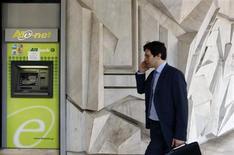 Мужчина проходит мимо банкомата банка Agriculture в Афинах 15 июля 2011 года. Европейский центробанк проголосовал в среду за то, чтобы подвергнуть 128 крупнейших банков еврозоны ряду стресс-тестов в 2014 году, подвергнув анализу их кредитоспособность для восстановления уверенности в секторе. REUTERS/Yiorgos Karahalis