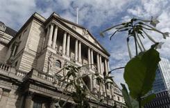 Вид на здание Банка Англии в Лондоне 19 сентября 2013 года. Безработица в Великобритании, вероятно, будет снижаться немного быстрее прогнозов на фоне более сильного, чем ожидалось, роста производства, решили регуляторы Банка Англии на октябрьском заседании. REUTERS/Suzanne Plunkett