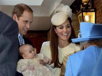 Príncipe William da Grã-Bretanha carrega no colo seu filho, príncipe George, ao chegar com sua esposa Catherine, duquesa de Cambridge, na cerimônia de batizado de George, no Palácio St. James, em Londres. Apenas 21 pessoas foram convidadas para o batizado do príncipe George, nesta quarta-feira, num sinal de quanto os pais pretendem proteger a privacidade de um bebê nascido para ser rei. 23/10/2013. REUTERS/John Stillwell/pool