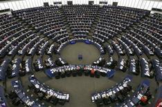 Una reunión del Parlamento Europeo en Estrasburgo, Francia, oct 23 2013. El Parlamento Europeo llamó el miércoles a la suspensión del acceso de Estados Unidos a una base de datos financiera global debido a las preocupaciones de que el país esté obteniendo información de manera encubierta de la Unión Europea y no sólo combatiendo al terrorismo. REUTERS/Vincent Kessler