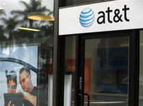AT&T affiche un chiffre d'affaires trimestriel légèrement inférieur aux attentes des analystes financiers, ce qui n'a pas empêché le numéro deux de la téléphonie mobile aux Etats-Unis de dégager un bénéfice meilleur que prévu grâce à une bonne maîtrise de ses coûts. Le résultat net sur les trois mois à fin septembre est ainsi ressorti à 3,81 milliards de dollars contre 3,63 milliards il y a un an. /Photo prise le 23 octobre 2013/REUTERS/Mike Blake