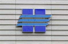 Логотип Новатэка на офисе продаж компании в Москве 16 сентября 2012 года. Новатэк, крупнейший независимый производитель газа в РФ, начал добычу на Уренгойском месторождении, пообещав довести ее до 1 миллиарда кубометров в год в 2014-м. REUTERS/Maxim Shemetov