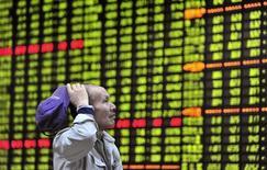 Инвестор изучает табло с котировками на бирже в Цзюцзяне 23 апреля 2013 года. Азиатские фондовые рынки завершили торги четверга разнонаправленно под влиянием китайской статистики и местных факторов. REUTERS/Stringer