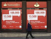 Homem caminha em frente a uma agência do Santander em Madri. Maior banco da zona do euro, o Santander divulgou nesta quinta-feira um grande salto no lucro dos nove primeiros meses do ano, apoiado em provisões menores para perdas com crédito no mercado espanhol, apesar da fraqueza da economia ter pressionado ganhos com empréstimos. 11/10/2013. REUTERS/Juan Medina