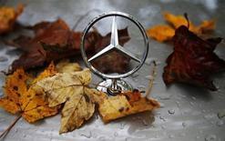 Знак Mercedes-Benz на капоте автомобиля в Ханау 23 октября 2013 года. Результаты немецкого автостроителя Daimler в третьем квартале оказались лучше ожиданий благодаря обновлению модельного ряда и сокращению расходов. REUTERS/Kai Pfaffenbach