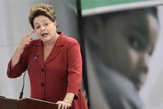 Presidente Dilma Rousseff discursa durante cerimônia em que sancionou a lei sobre o Programa Mais Médicos, no Palácio do Planalto, em Brasília. Dilma afirmou nesta quinta-feira que o governo vai simplificar os processos de abertura e fechamento de empresas no Brasil através da criação de um portal na Internet, que possibilitará o registro ou encerramento de firmas com prazo máximo de cinco dias em 95 por cento dos casos. 22/10/2013. REUTERS/Ueslei Marcelino