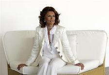 """Atriz italiana Sophia Loren posa para foto durante divulgação do filme """"Carros 2 (3D)"""", em Roma. Demorou quase 40 anos, mas Sophia Loren finalmente se vingou de alguém que muita gente adora odiar: o cobrador de impostos. 15/06/2011. REUTERS/Remo Casilli"""