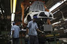 Unos empleados en la planta de ensamblaje de Ford en Sao Bernardo do Campo, Brasil, ago 13 2013. La tasa de desocupación de Brasil creció levemente en septiembre, lo que sugiere que el ajustado mercado laboral del país podría estar relajándose tras la desaceleración en el crecimiento económico vista en el tercer trimestre. REUTERS/Nacho Doce