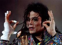 Imagen de archivo del cantante Michael Jackson. Jackson recuperó el título de celebridad fallecida con mayores ganancias en el último año, superando cómodamente a Elvis Presley y al dibujante Charles Schulz, dijo el miércoles la revista Forbes. Reuters/Files