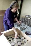 Una empleada carga una caja con filtros de aire en la planta de la firma Masprot en Santiago, oct 11 2001. La producción manufacturera en Chile habría crecido un 1,5 por ciento en septiembre, en parte por una base de comparación baja y por un día hábil más en el mes que habría beneficiado a sectores como el de alimentos, mostró el jueves un sondeo de Reuters. REUTERS/Martin Thomas