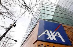 L'assureur Axa, qui a vu la croissance de ses revenus ralentir au cours des neuf premiers mois de l'année en raison notamment de l'appréciation de l'euro, à suivre vendredi à la Bourse de Paris. /Photo d'archives/ REUTERS/Mick Tsikas