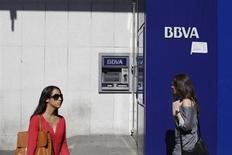 Les établissements bancaires espagnols BBVA et Caixabank enregistrent des bénéfices trimestriels en très forte hausse à la faveur d'une diminution des provisions passées pour couvrir les créances douteuses. /Photo prise le 11 octobre 2013/ REUTERS/Juan Medina