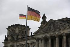 Le climat des affaires a légèrement reculé en octobre en Allemagne, contrairement aux attentes, accusant ainsi une première baisse en six mois, selon l'indice publié par l'institut Ifo. /Photo prise le 19 février 2013/REUTERS/Wolfgang Rattay